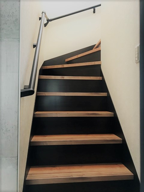 階段 蹴込み 黒