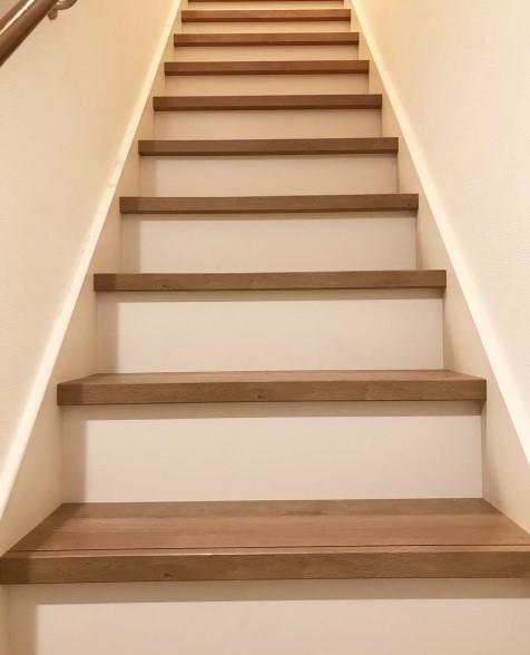 階段 蹴込み 白