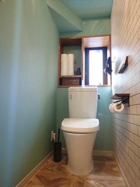 階段下 トイレ 壁紙