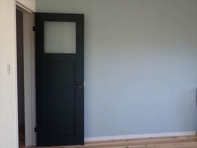 リクシル室内ドア ヴィンティアの施工例と枠色!ネイビー黒グリーンの見比べ